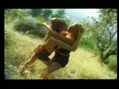Lesbienne dans les bois au gros seins