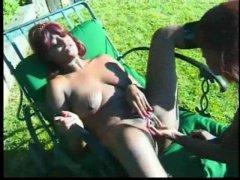 Plan cul lesbien hot entre deux salopes gouines en extérieur